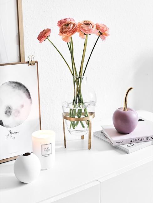 Moederdag cadeau tafel met bloemen in vaas en decoratie appel op koffietafelboeken