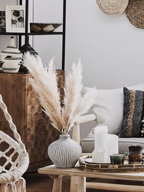 Gemütliches Wohnzimmer mit Möbeln und Dekoration aus natürlichen Materialien.