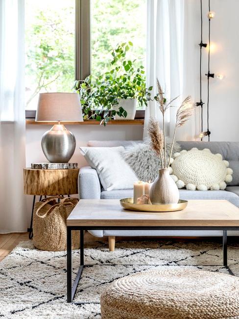 Gemütliches Wohnzimmer mit angenehmen Licht hinter der Couch.