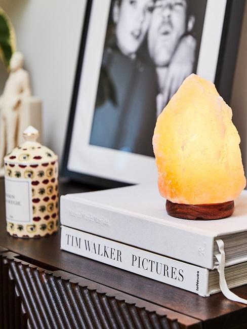 Deko-Lampe auf einer Kommode in einem gemütlich eingerichteten Wohnzimmer in einer Wohnung.