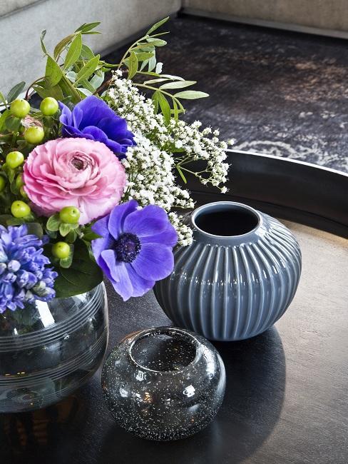 Blumen Tischdeko Blumenstrauß lila und rosa mit blauen Übertöpfen