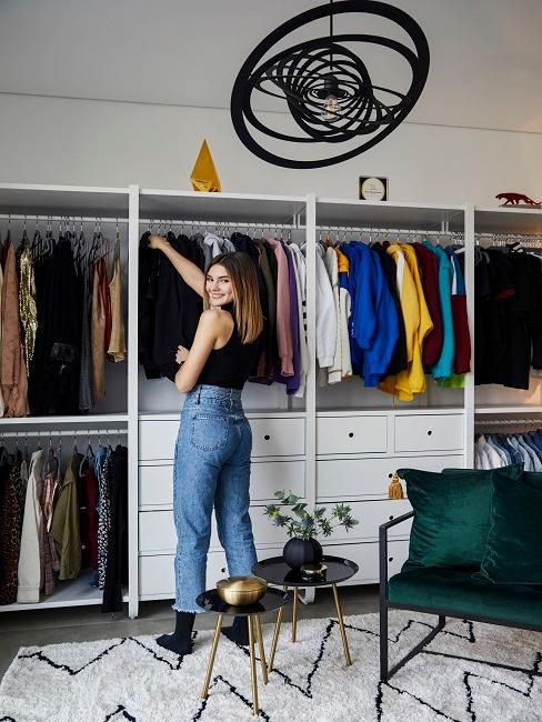 Ordnung im Kleiderschrank: Stefanie Giesinger vor offenem Kleiderschrank