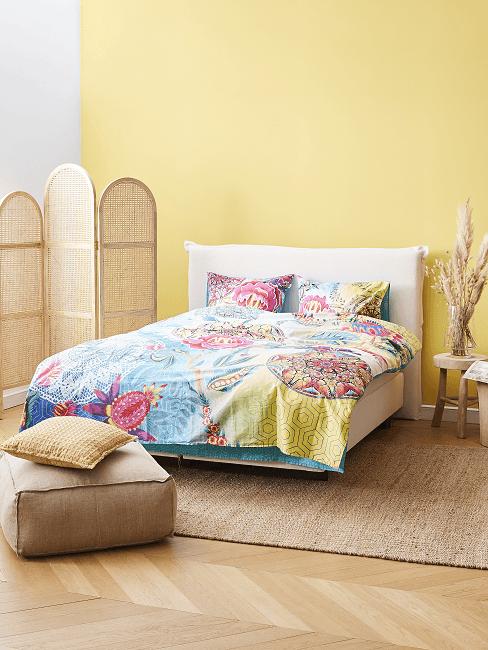 Schlafzimmer Farben Gelb mit bunter Bettwäsche