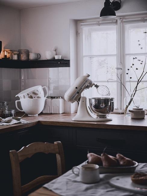 Richtig lüften Küche mit Utensilien