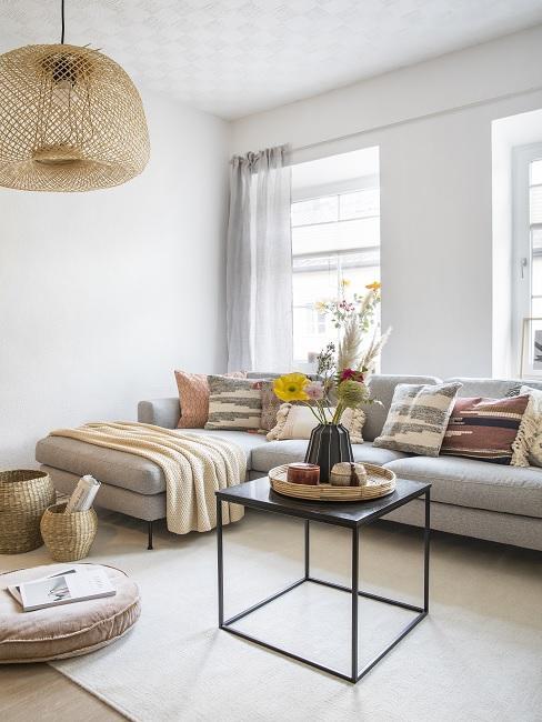 1 Zimmer Wohnung einrichten Wohnzimmer mit Couch und Tisch