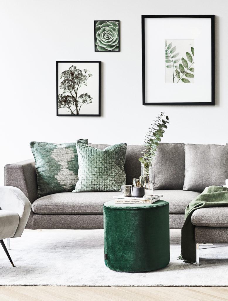 Sofa in Grau im skandinavischen Wohnzimmer im Mix mit Grün und Wandbildern mit Naturmotiven