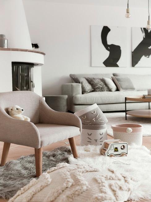 Wohnzimmer Ausschnitt bei Motsi Mabuse mit kuscheligen Teppichen, einem Sessel und Spielzeug als kleine Spielecke