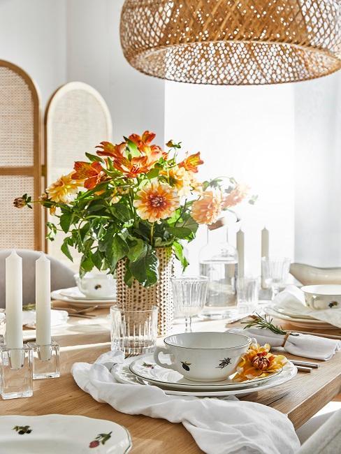 Bunter Blumenstrauß auf hell gedecktem Tisch