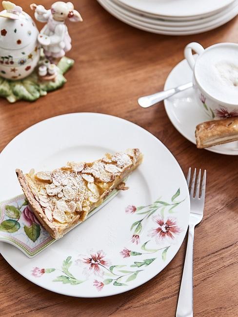 Apfelkuchen auf Oster Tischgedeck am Esstisch