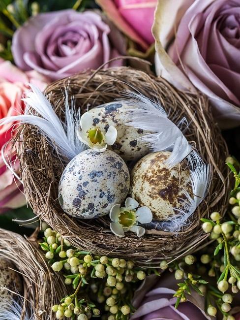 Drei Ostereier in kleinem Nest
