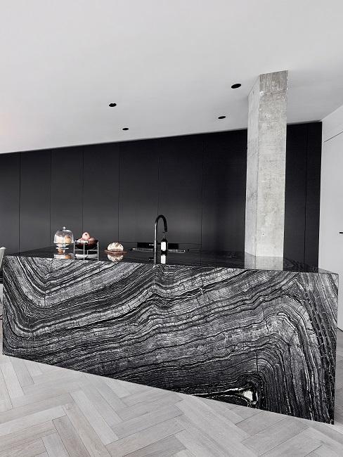 Sehr moderne Küche in Schwarz mit versteckten Küchengeräten und einer Tresen Front in Stein-Optik