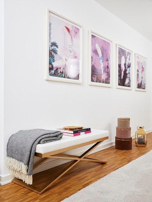Der Flur von Novalanalove mit Sitzbank und einer dekorativen Gallery Wall in Weiß