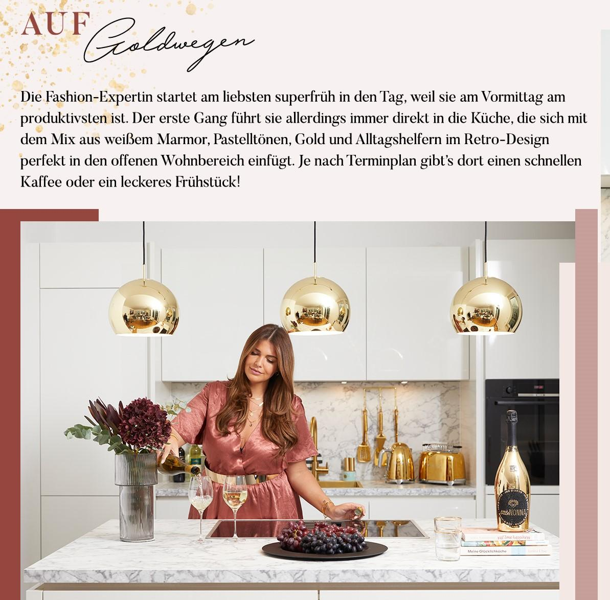 Novalanalove in ihrer Küche am Tresen beim Champagner Einschenken, darüber Infotext