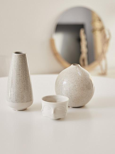 Asiatische Deko drei weiße Vasen auf Tisch