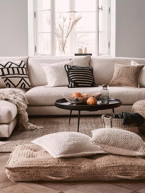 Kolonialstil Wohnzimmer mit vielen Kissen und Teppich aus Rattan