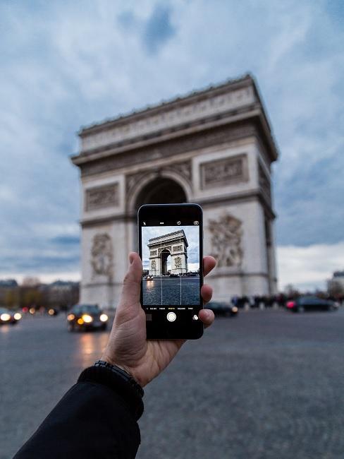 iPhone macht Foto vom Arc de Triomph in Paris