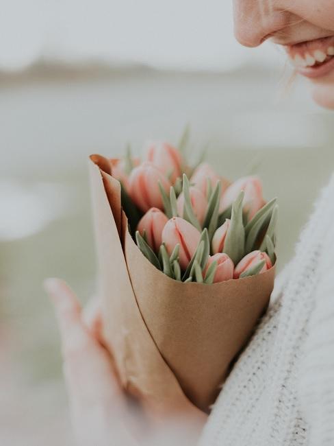 Frau mit Tulpenstrauß uin der Hand