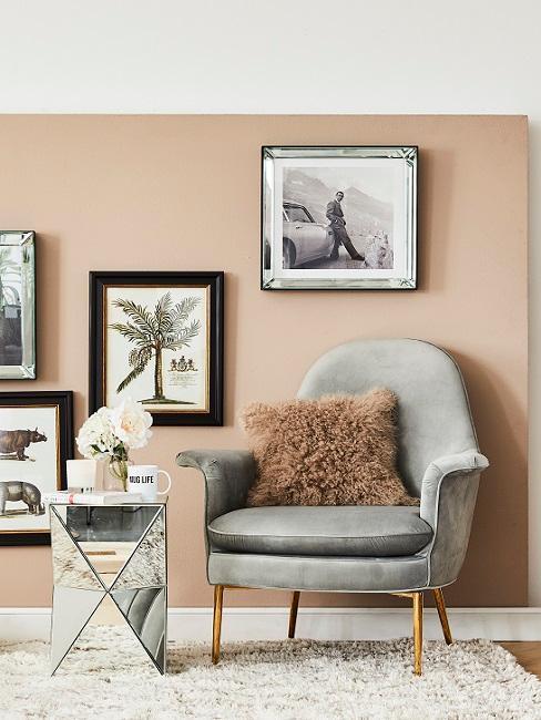 Warme Wandfarbe Beige hinter grauem Sessel
