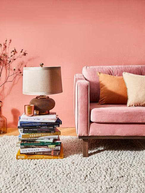 Warme Wandfarbe Koralle hinter Sofa in derselben Farbe