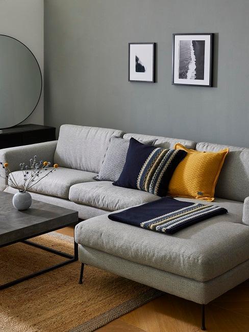 Wandfarbe Grau mit grauem Sofa und gelben und blauen Kissen