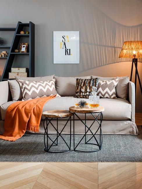 Wandfarbe Grau in WOhnzimmer mit gelber Decke