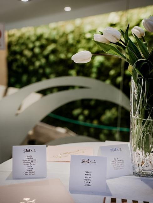 Weiße Tulpen auf einem Tisch als Hochzeitsdeko