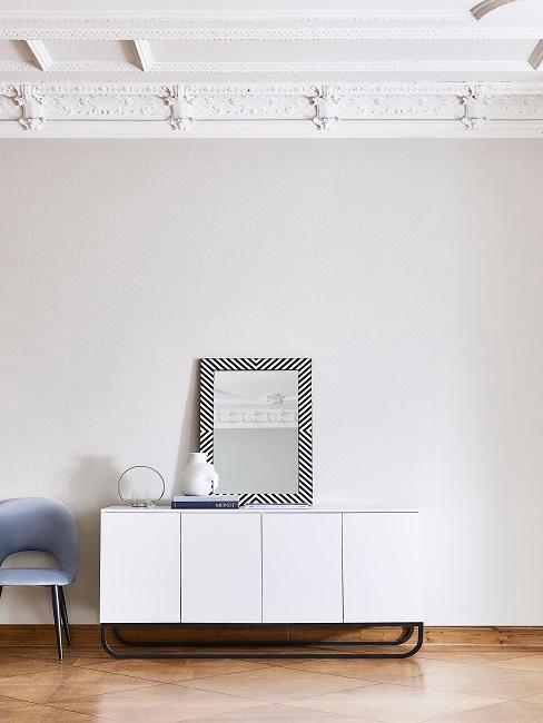 Flur modern gestalten mit weißem Sideboard, Spiegel, Sessel