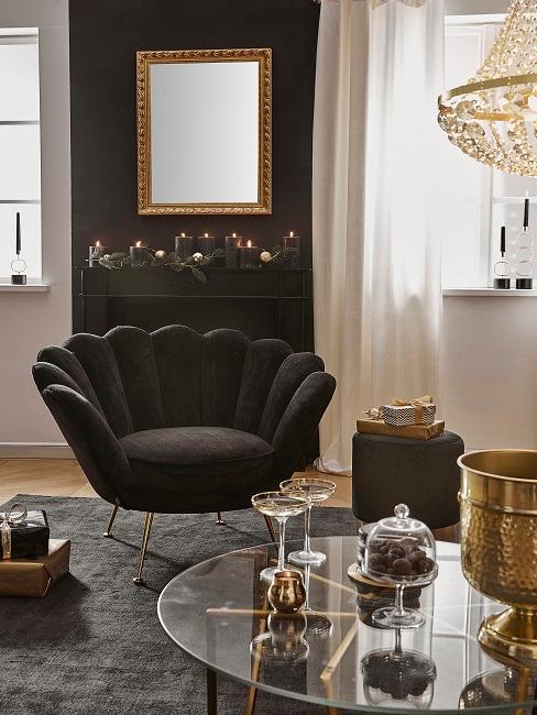 Zimmer mit schwarzer Wand, schwarzem Sessel und goldenen Accessoires