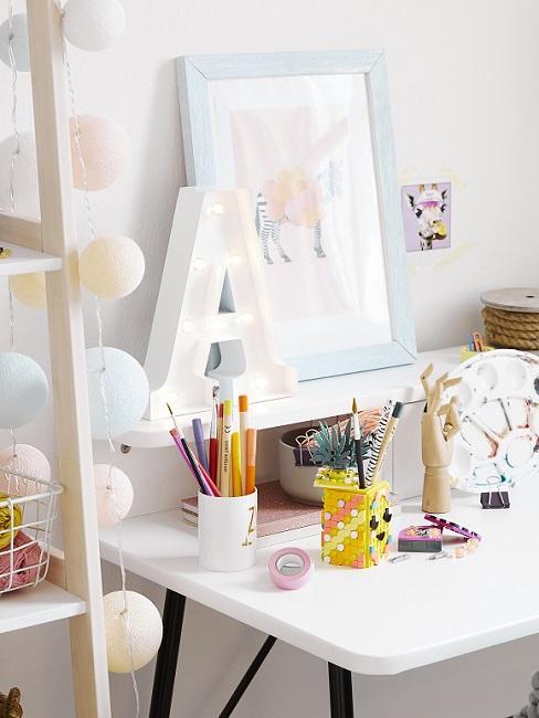 Buchstaben Deko A auf Schreibtisch im Kinderzimmer