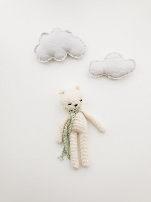 Weißer Teddy aus Strick neben Wolkendeko