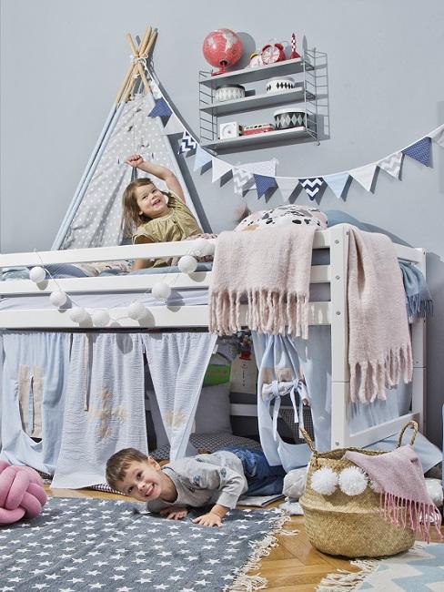 Kinderzimmer in Blau mit Hochbett, Lichterkette und Girlande