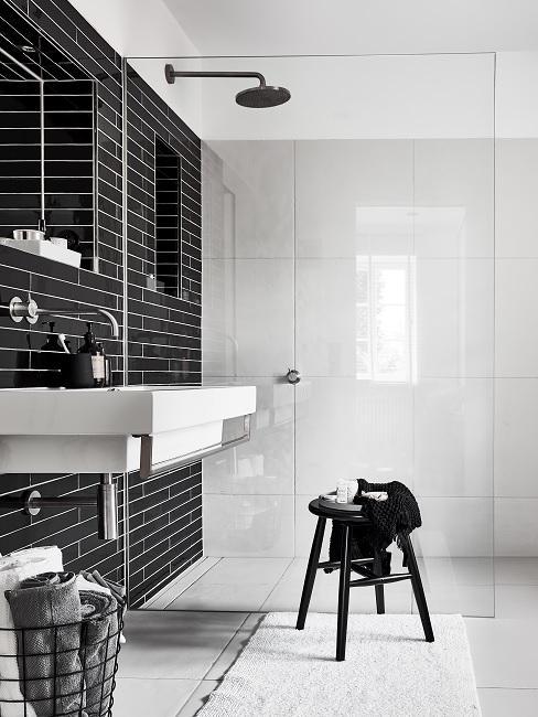 Begehbare Dusche mit schwarzen Fliesen