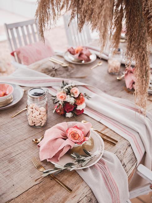 Flores rosas sobre mesa de boda en el jardín