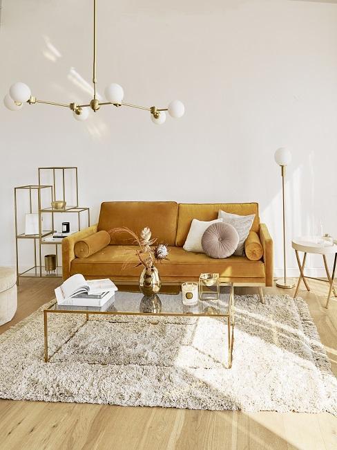 Salón decorado en tonos mostaza y dorado