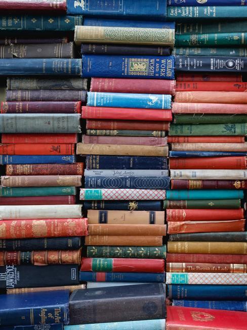 Tres pilas de libros antiguos amontonados