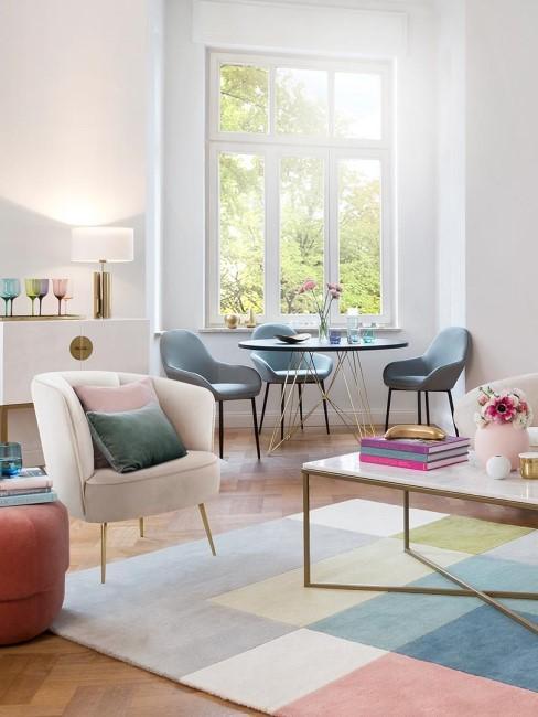 Salón moderno y colorido con alfombra de cuadros de todos los colores