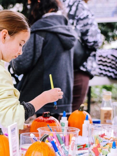 Niños experimentando con colores encima de una mesa al aire libre