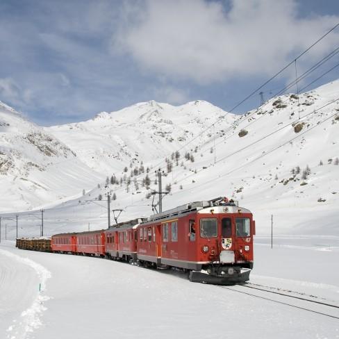 tren en un paisaje nevado