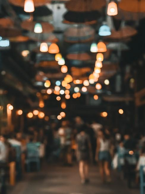 calle de feria de noche