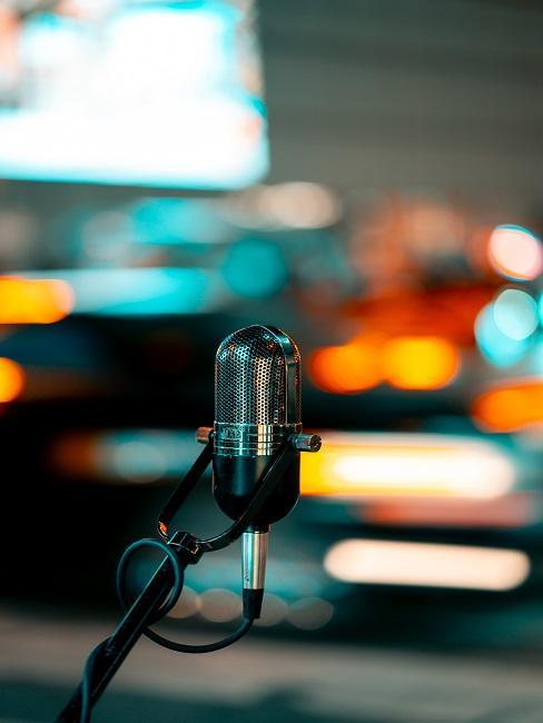 micrófono metálico con luces borrosas