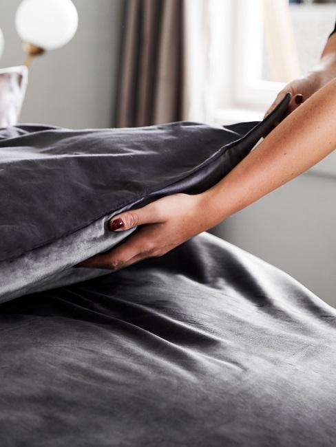 brazo coloca ropa de cama