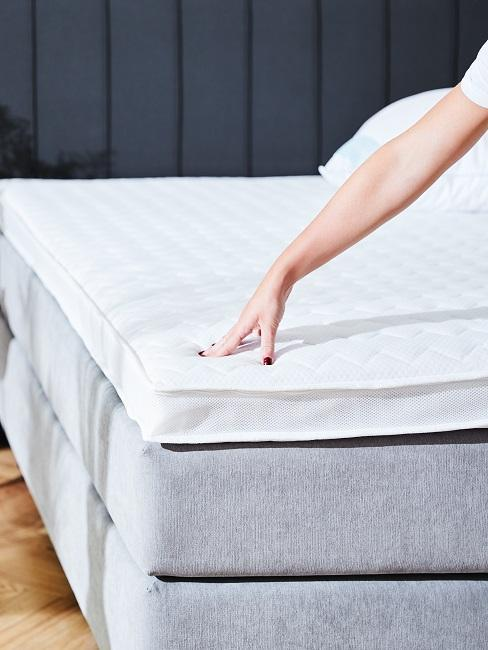 brazo coloca colchon en cama