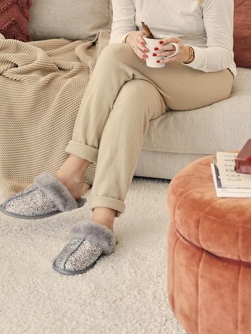 mujer sentada sofa