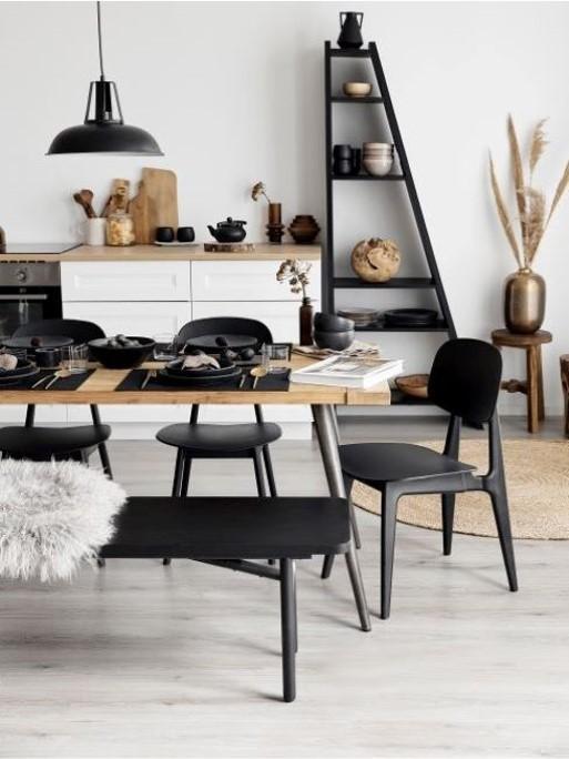 cocina con sillas y estanteria negras