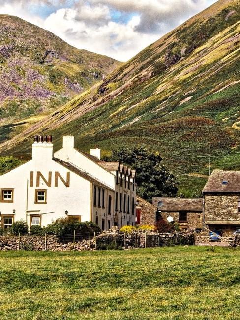 Hotel con la montaña de fondo
