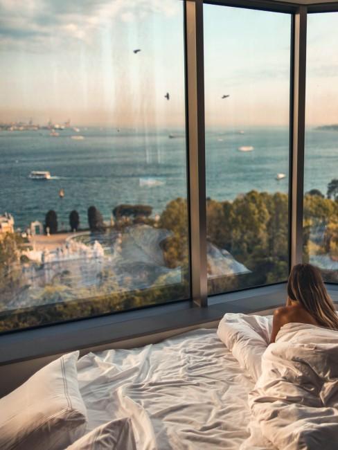 mujer en hotel mirando ventana