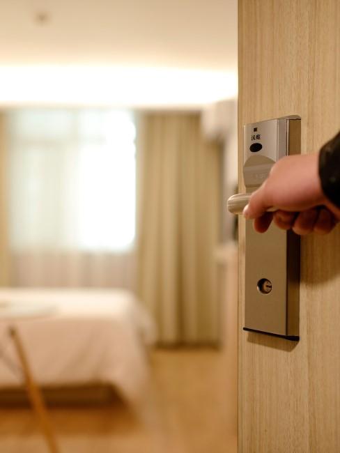 puerta de habitación de hotel