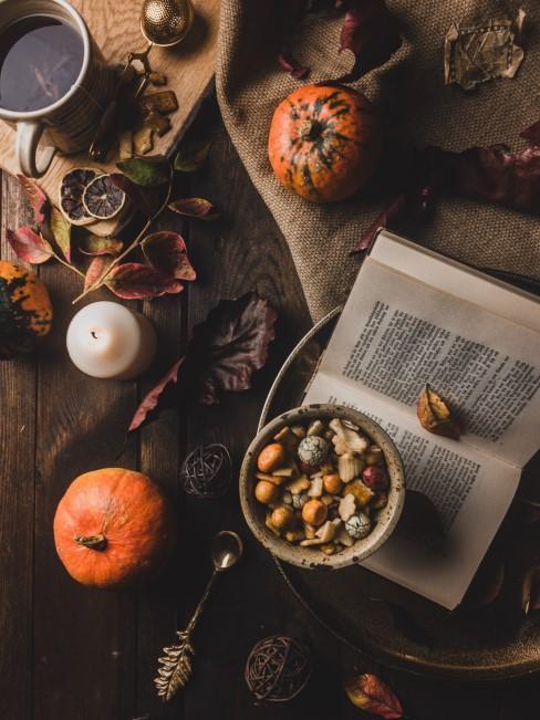 libro y comida con calabazas