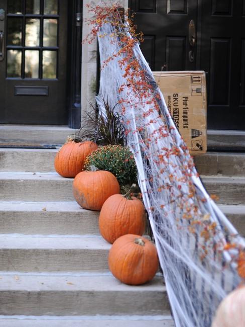 calabazas adornando unas escaleras
