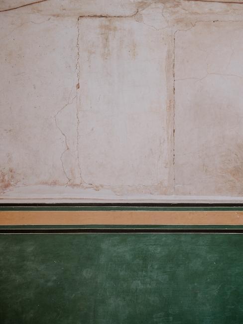 mur rayé avec frise